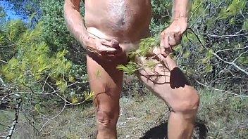 je me caresse avec une branche.