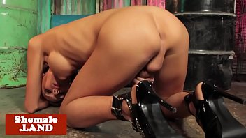 buxomy t-model in highheels jacking solo