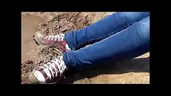 menina adolescente sujando converse de lama nubile woman.