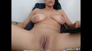 xxl titty cougar kneads puss on cam.