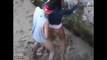 chavita cogiendo en la playa