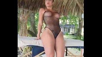who is she gostosa se alongando com roupa.