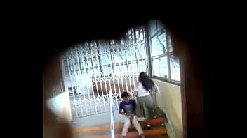 pelajar main dekat tangga
