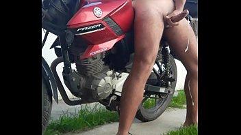 motoqueiro gozando na rua