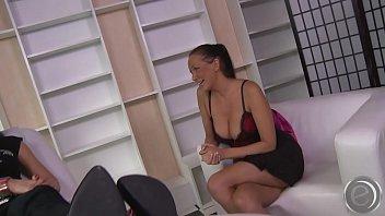 alisha fleshy strippt fuuml_r dich und lauml_szlig_t sich.