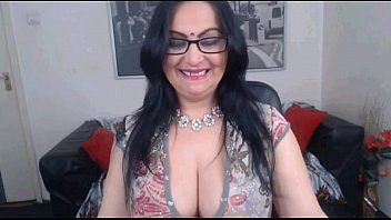 fantastic indian aunty with ultra-cute cleavage.