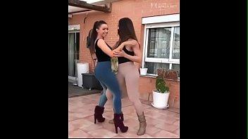 dos bombonsito bailando bachata muy caliente