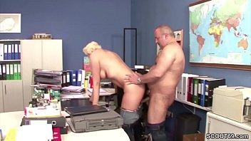 geile deutsche cougar fickt auf arbeit mit jedem rum