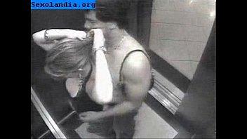 flagra em um elevador em porto.