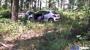 leeloo baise un spycam dans les bois pour.
