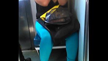 1 - chica hermosa del metro en zapatillas.