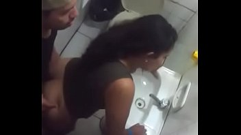 traindo no banheiro do club