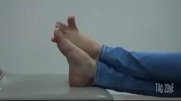 pendeja juega con sus pies en.