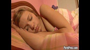 sendo abusada enquanto dormia