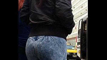 linda veneca en esos jeans apretando su hermoso butt