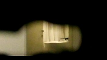 mirando por la puerta a mi.