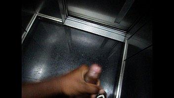 punheta no elevador
