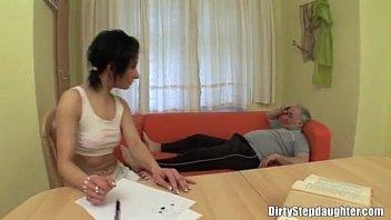 nieta se folla a abuelo mientras.