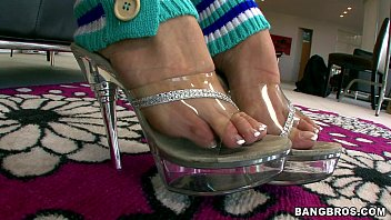 stellar stunner gargles her own toes
