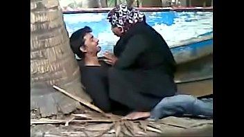 muslim aunty shagging youthful school boy secretely in beach