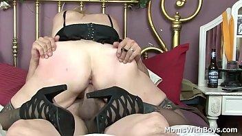 round cougar sundara stretching her gams.