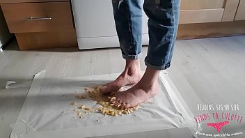 food crush pieds inexperienced - une dark haired.