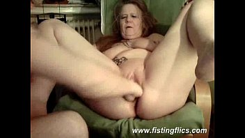 mature hoe fisted in her liberate culo and labia
