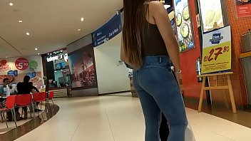 linda nena en jeans con backside remarcado con.