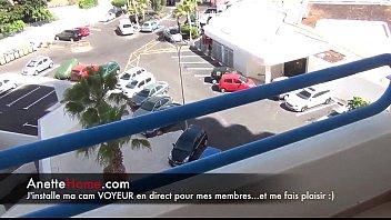 cougar francaise se masturbe sur le balcon pour.