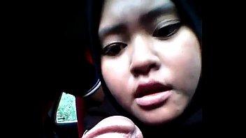 jilbab - hitam di mobil nyepong.