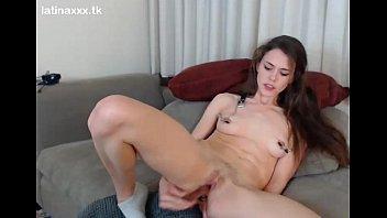 linda jovencita jugando con su consolador