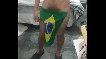 novinho exibindo o dote brasileiro