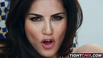 sunny leone paws her puss 2.
