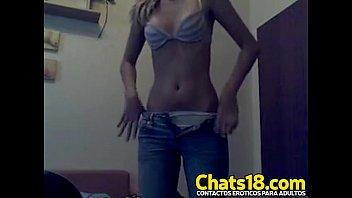 obedece ordenes y se desnuda esta nenita joven.