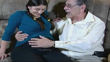 la nieta embarada se folla a su propio abuelo
