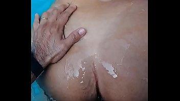 dando a buceta na piscina pro.