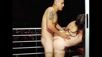 linda gordita latina sexo buttfuck en el balcon.