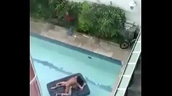 flagra casal transando na piscina